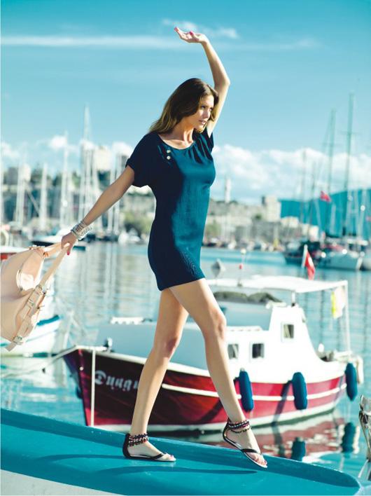 рекламная кампания adilisik на море у яхты в коротком бирюзовом платье