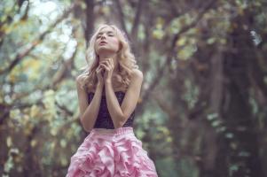 woman-eyes-praying-hands